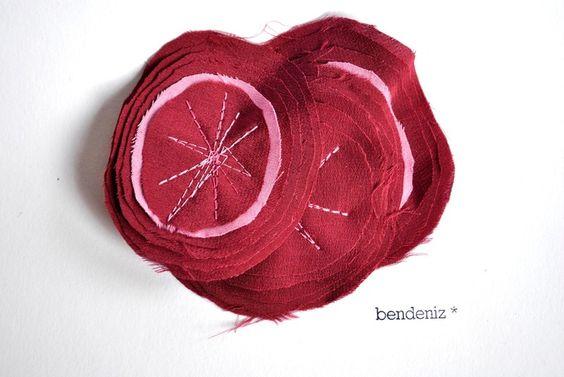 """""""bordeaux bloom"""" ist aus bordeaux roten Seden Stoff!  Unter den Blüten ist ein extra großer Haarclip in rosa eingenäht.  Reich an hübschen Zier..."""