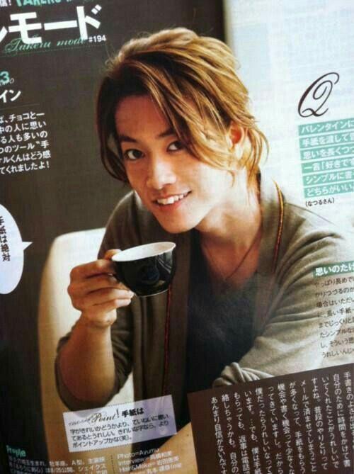 ざっくり横分け明るめカラースタイルの佐藤健の髪型