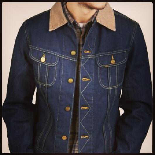 要將一件 101J 牛仔外套襯得好同時又可以提升牛仔味,其實簡單一件裇衫就可以將件外套嘅細節特徵出嚟!