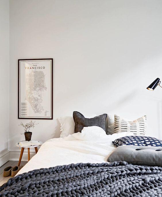 décoration chambre / Bedroom decoration almohadones y manta gris