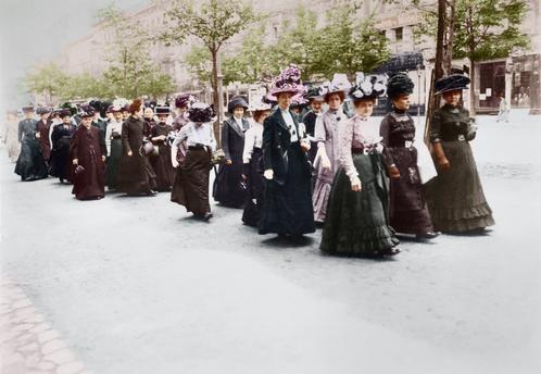 Demonstration Frauen-Wahlrecht / Haeckel, Berlin, 12. Mai 1912. Demonstration für das Frauen-Wahlrecht. Eine Gruppe von Demonstrantinnen auf dem Weg zum Versammlungsort. Foto (Gebr. Haeckel); digital koloriert...