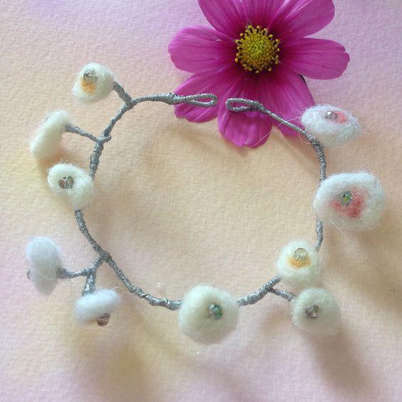 bracelet argenté avec fleur feutré en taille ajustable