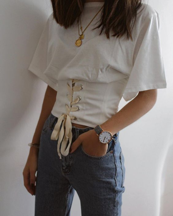 This corset outfit is so trendy and cute!
