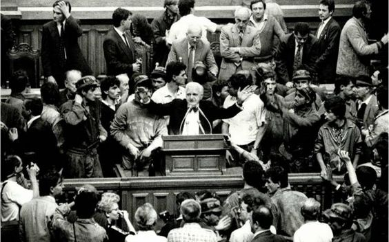 """Cum a devenit papionul lui Ion Raţiu simbolul democraţiei în România. Viaţa """"celui mai bun preşedinte pe care nu l-am avut"""""""