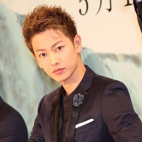 明るめカラーのアップバングスタイルの佐藤健の髪型