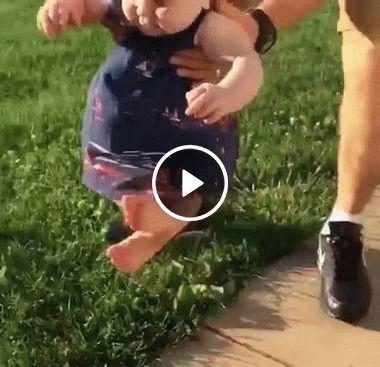 Bebês estranham contato com pés em grama.