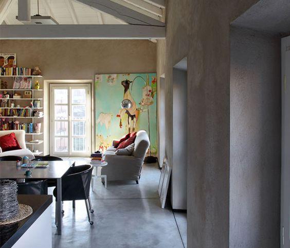 Nel soggiorno, IMBOTTITI Nonna Maria, design Antonio Citterio per Flexform, come le poltroncine su ruote e il tavolino bianco Kidd. Tela dipinta da Kinky Texas.