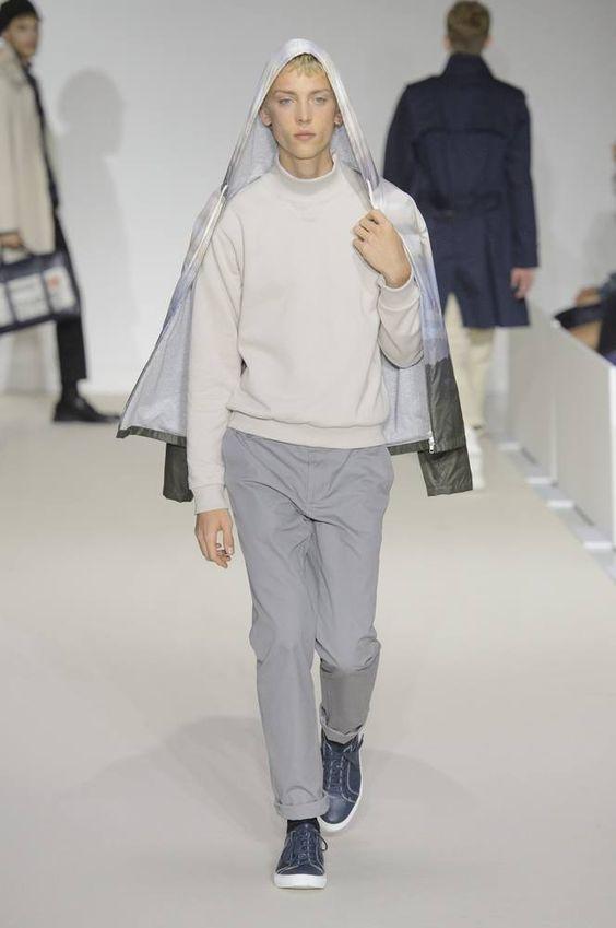 De los looks bespoke a una actitud relajada: la colección Spring/summer 2017 de Agnés b muestra en París interesantes colores que se mimetizan con prendas oversize