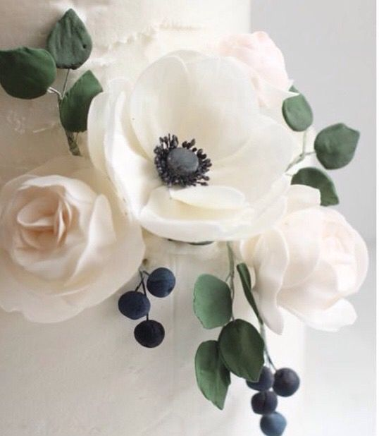Anenome sugar flowers by Hello Naomi Cakes!! Love!