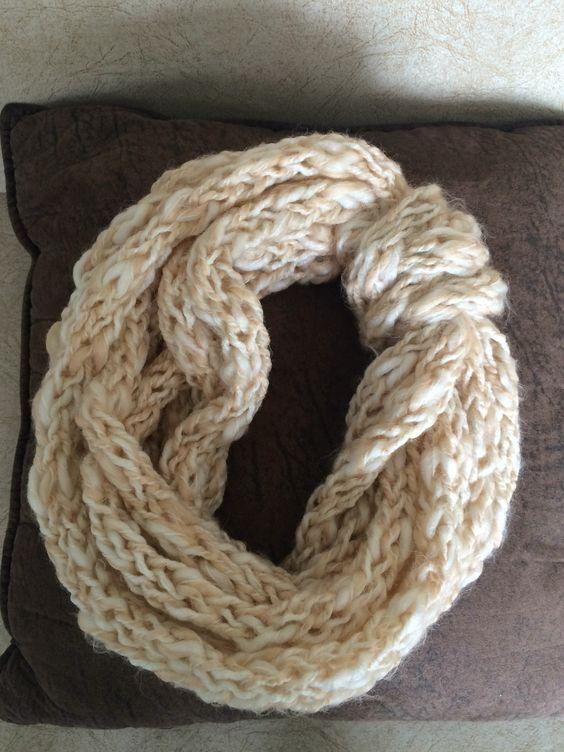 Cuello tejido con los dedos con un solo tipo de lana matizada en crudo