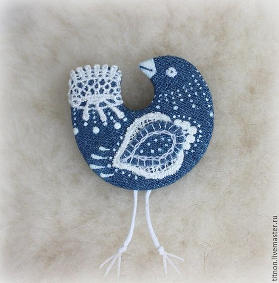 Hoнa Tитapенкo Брошь текстильная.Синяя птица Кружевница.(джинсовая)