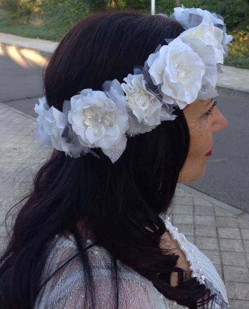 Ana Vez Atelier de Tocados, Sombreros & Complementos Artesanales. Corona de flores personalizada para novia estilo Vintage. Realizada completamente a mano.