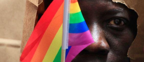 Quando a polícia invadiu sua casa, Oscar dividia a cama ao lado do companheiro. Por esta razão, foi agredido, xingado e preso por seis meses. Em Camarões, a homossexualidade é crime e prevê pena de até cinco anos em regime fechado, além de multa de R$ 8 mil.