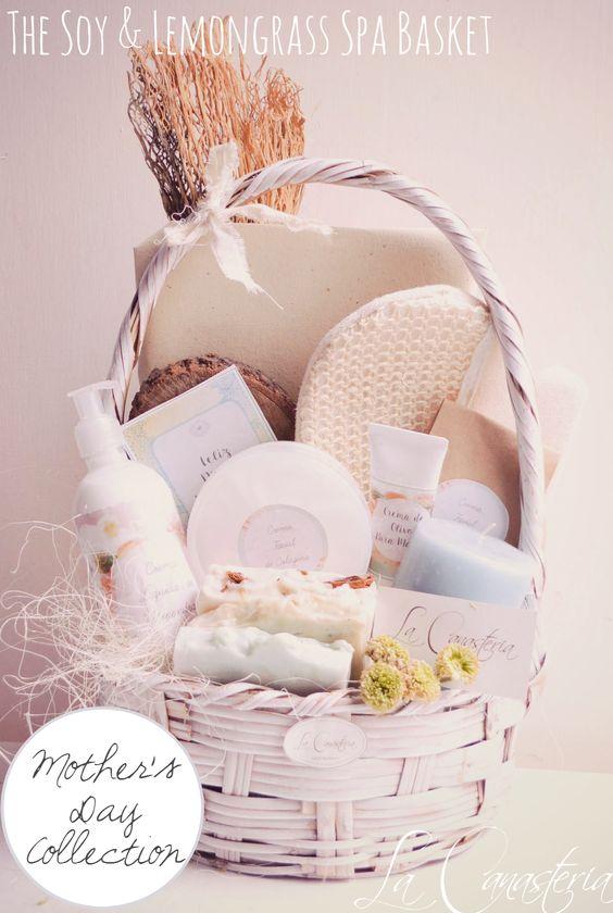 The Soy & Lemongrass Spa Basket es una colorida y alegre canasta con productos deliciosos y frescos de spa para consetir a mamá como crema de soya, mantequilla corporal de chocolate y jabones o…