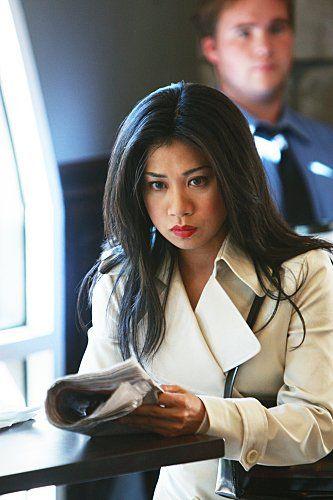 Hostující Liza Lapira (agentka NCIS Michelle Leeová)