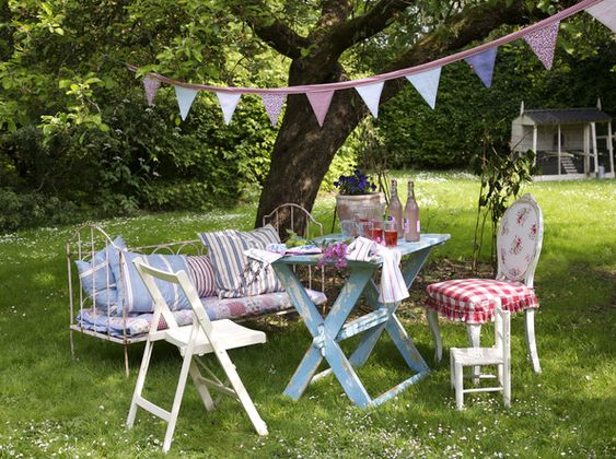 Shabby chic outdoor dining, just in time for summer.