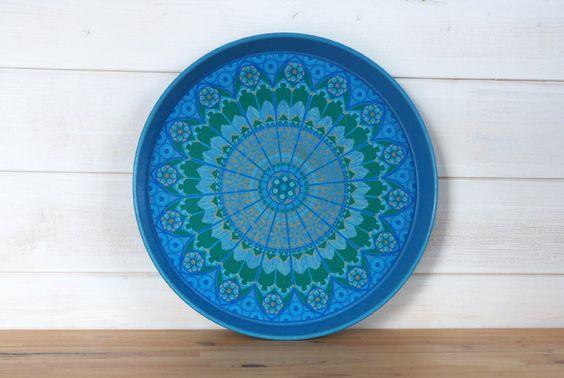 Vintage Blech Tablett in blau mit grafischem Muster aus den 70er Jahren. Übliche altersbedingte Gebrauchsspuren.
