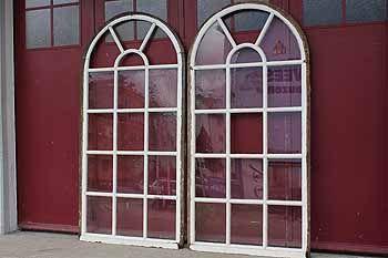 Rundbogenfenster mit welligem Glas