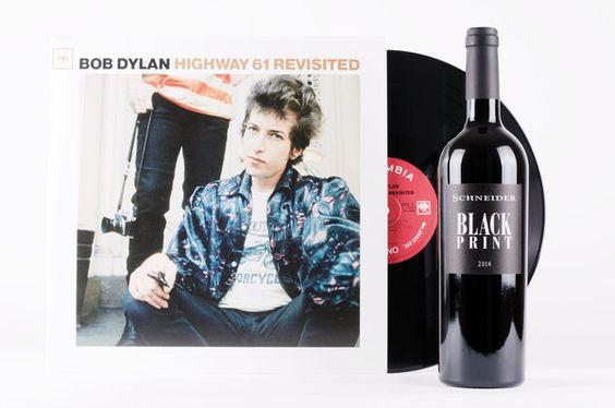 Musik für die Ewigkeit, Wein für die Ewigkeit. Bob Dylan meets Markus Schneider. Wir strecken uns auf der Couch, hören mit »Like a Rolling Stone« einen der größten Songs aller Zeiten und nehmen in regelmäßigen Abständen einen großen Schluck von Markus Schneiders köstlicher »Black Print«-Cuvée.