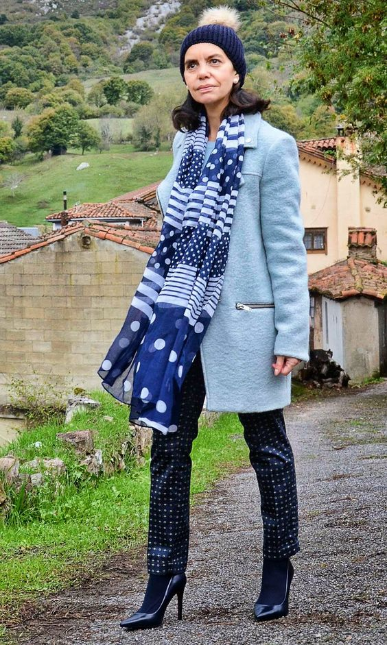 Chaquetón azul claro y maxi foulard . Me encanta el gorro con pompón