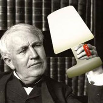 """Die Lampe """"Edison the petit"""" von Fatboy ist nur 25 cm hoch. Mit einem Akku und einem Ladegerät ausgestattet, kann die Lampe überall hin mitgenommen werden."""