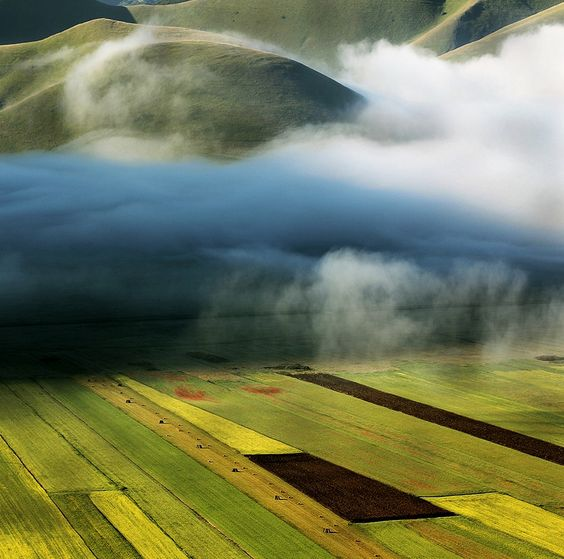 Photographer Edmondo Senatore captures the beautiful interplay of light and atmosphere in the Tuscan countryside.
