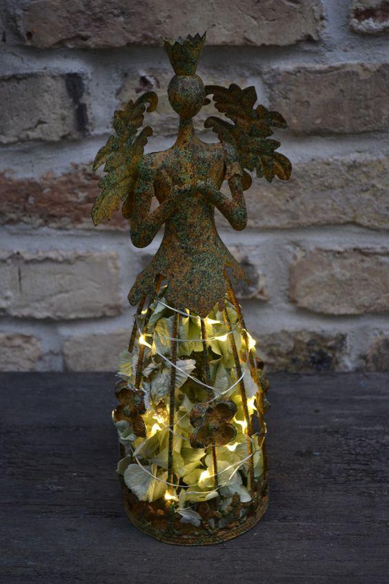Festlich geschmückt und sehr erhaben,das Kleidchen mit frischen Hortensienblüten gefüllt,die natürlich eintrocknen.Die Lichterkette enthält 20 LED-lämpchen,die batteriebetrieben sind.Zum leichten...