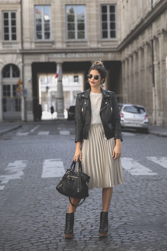 Trendy Taste – Midi Me. White fringed top+nud metallized pleated midi skirt+black heeled boots with wood plattform+black handbag+black leather jacekt+sunglasses. Fall Outfit 2016: