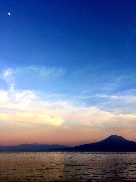 おはようございます(^o^)/  今日の桜島は朝、バタバタしてて撮影出来ず、日曜日、夕方の桜島です。  左上に見えるのは「月」です。桜島と一緒に写るように撮影しました。  夕陽に映える桜島もまた良し!  今日も1日、元気に頑張っていきましょう!!!
