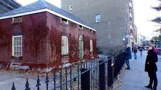 Un artista británico construye una vivienda con 8.000 ladrillos de cera