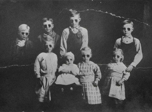 creepy old black and white pics | black-and-white-creepy-gas-masks-masks-photography-Favim.com-319791