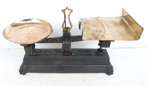 """Petite BALANCE ROBERVAL Ancienne 1kg HACHETTE PARIS avec Plateaux en Laiton // eBay : jolibrocabrac // Antique french """"ROBERVAL"""" scale"""
