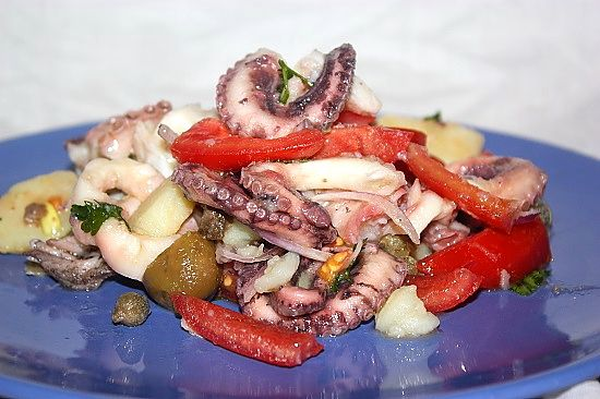 L'#insalata all'#eoliana di #polpo e #patate è un ottimo #antipasto ma anche gradevole #secondo piatto #mare #terra abbondando con le porzioni...