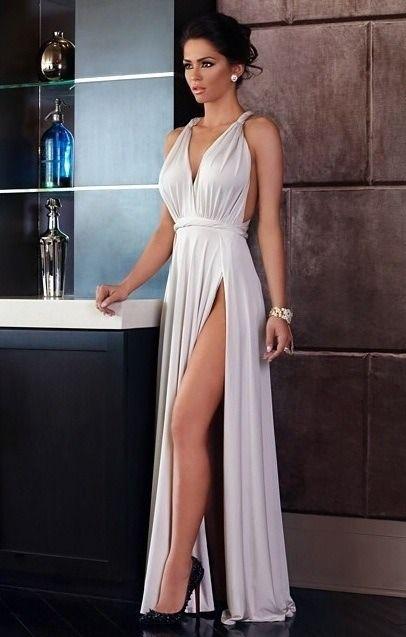 Pés sexy e pernas longas torneadas, para espeitar pela fenda do vestido branco.