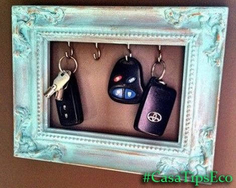 Crea tu propio portallaves con un viejo recuadro y colocale pequeños gancho. Dale personalidad a tu decoración.