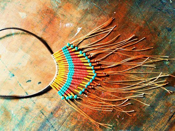 Collar tribal con cordón de cuero, hilos y chaquiras.