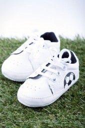 Baby-Fußballschuh, weiß-schwarz Schicker, bequemer und vor allem allererster Fußballschuh für die Allerkleinsten.