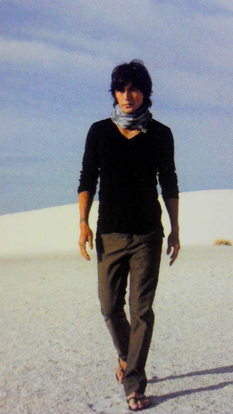 砂地を歩いている稲葉浩志