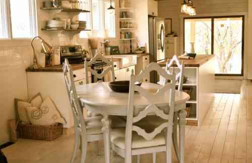 cuisine blanche et bois de style campagne avec étagères ouvertes