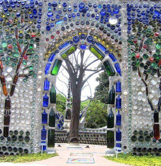 Paredes de garrafas: Recycled Bottle, Bottle Chapel, Glass Bottles, Bottle House, Wine Bottle, Bottle Art, Stained Glass