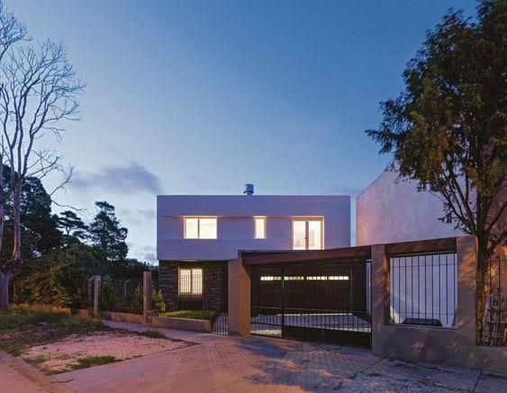 Moderna #Fachada de una #Casa urbana diseñada por Moirë Arqs en #MarDelPlata