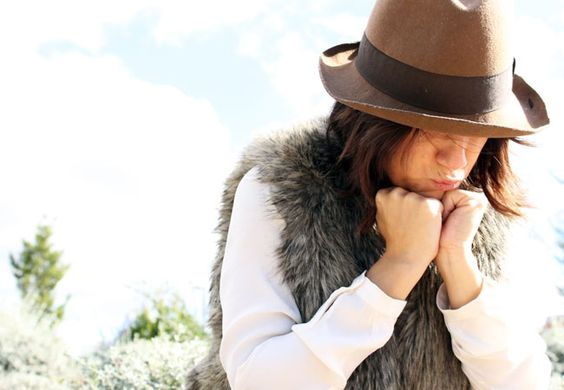 Look boho con pantalón levis campana, camisa nude, chaleco de pelo. Como complementos borsalino, bolso de ante y cuero y botines negros.