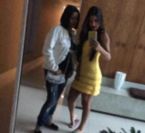 Fã acusa Munik de empinar bumbum em foto e ela rebate: 'Juro que não'