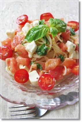 美味しそうなバジルとトマトの冷製パスタ・スパゲッティー