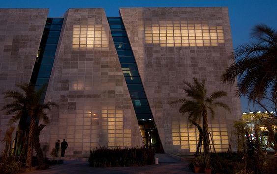 """Parede de """"cimento transparente"""" deixa a luz natural entrar no prédio. @Hypeness"""