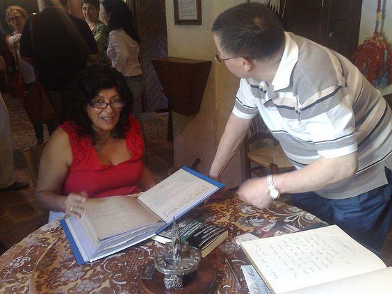 Almudena Grandes firmando en el libro del Molino Museo by Biblioteca Municipal Valdepeñas