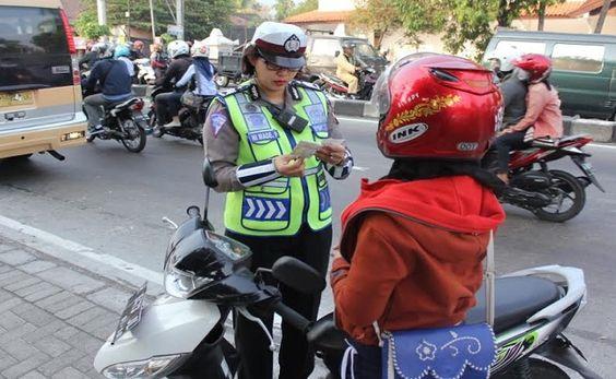 Tribratanews.com – Sejak 22 Oktober lalu hingga 4 Nopember, Kepolisian Resor Semarang menggelar Operasi Zebra Candi 2015.   Satuan Lalu lintas Kepolisian Resor Semarang membidik pengendara yang tidak tertib berlalu lintas. Operasi Zebra Candi 2015 ini diharapkan dapat meningkatkan disiplin masyarakat dalam berlalu lintas di jalan raya, dapat meminimalisasi pelanggran dan kecelakaan lalu lintas, menurunkan tingkat fatalitas korban kecelakaan lalu lintas yang didominasi oleh anak anak sekolah…