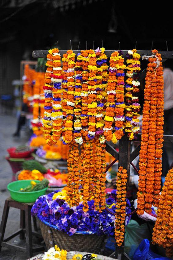 Die bunten Blüten strahlen genauso wie die Gesichter der Menschen in Kathmandu - Touristen sind wieder herzlich willkommen