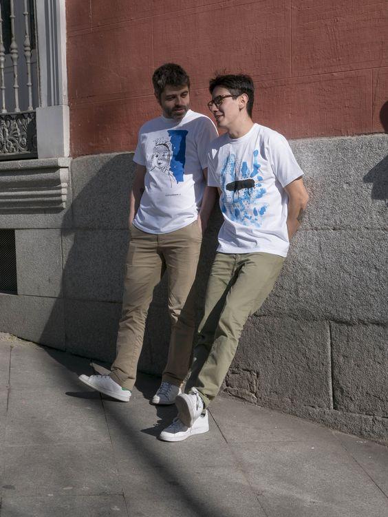 Javier y Ernesto en la plaza de Santa Barbara Madrid con camisetas de Malasuertemente
