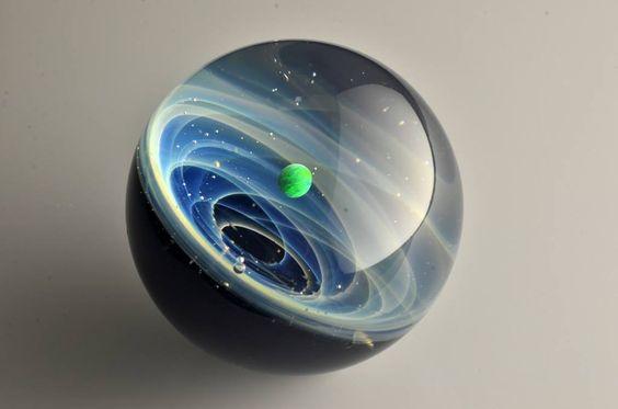 Artista japonês cria pingentes de vidro que parecem o sistema solar - Casa